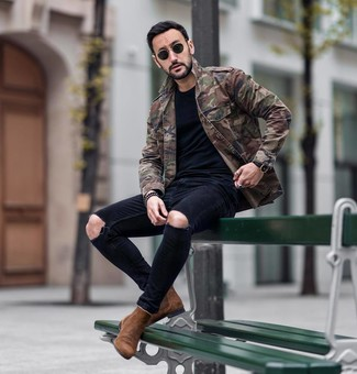 How to wear: brown suede chelsea boots, black ripped skinny jeans, black crew-neck t-shirt, olive camouflage military jacket