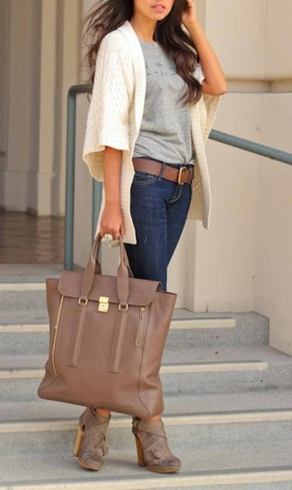 How to wear: brown leather ankle boots, navy skinny jeans, grey print crew-neck t-shirt, white knit open cardigan