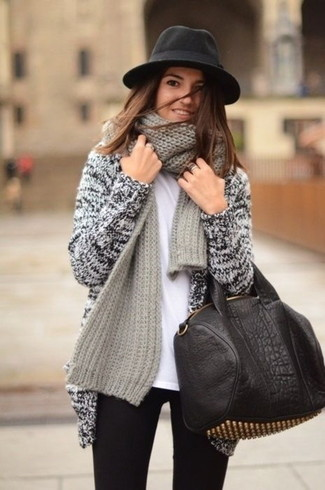 How to wear: black and gold studded leather tote bag, black skinny jeans, white crew-neck t-shirt, grey knit open cardigan