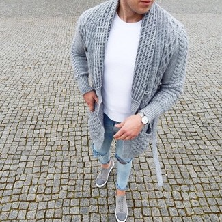 How to wear: grey suede low top sneakers, light blue ripped skinny jeans, white crew-neck t-shirt, grey knit open cardigan
