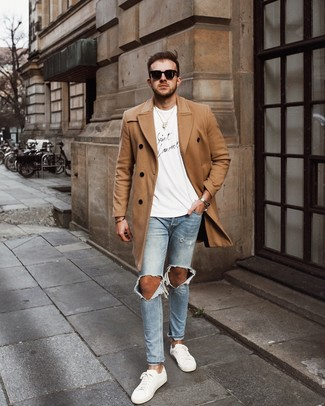 How to wear: white leather low top sneakers, light blue ripped skinny jeans, white and black print crew-neck t-shirt, camel overcoat