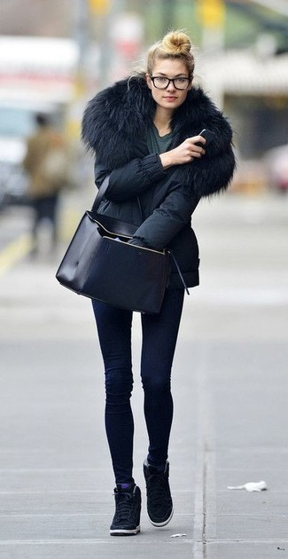 How to wear: black suede wedge sneakers, navy skinny jeans, charcoal crew-neck t-shirt, black parka