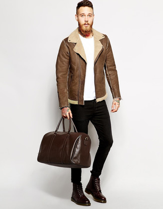 How to wear: dark brown leather casual boots, black skinny jeans, white crew-neck t-shirt, brown shearling jacket