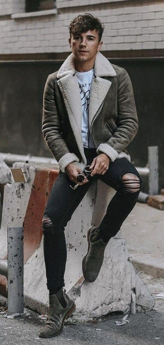 How to wear: grey suede chelsea boots, black ripped skinny jeans, white and black print crew-neck t-shirt, grey shearling jacket
