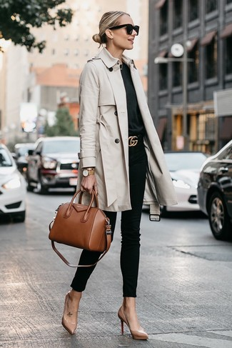 How to wear: beige leather pumps, black skinny jeans, black crew-neck t-shirt, beige trenchcoat