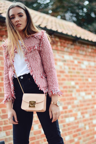 How to wear: beige leather crossbody bag, black skinny jeans, white crew-neck t-shirt, red tweed jacket