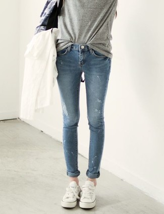 How to wear: white canvas low top sneakers, blue skinny jeans, grey crew-neck t-shirt, white windbreaker