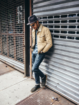 How to wear: olive suede desert boots, navy skinny jeans, blue denim shirt, beige barn jacket
