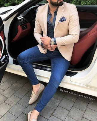 How to wear: beige suede tassel loafers, blue skinny jeans, navy denim shirt, beige blazer