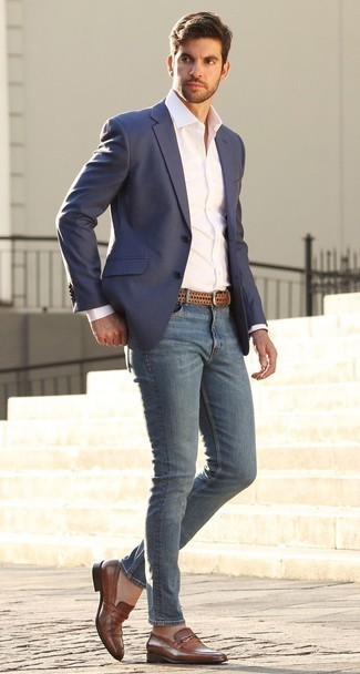 How to Wear Blue Skinny Jeans For Men: A navy blazer and blue skinny jeans married together are a good match. Lift up this getup with brown leather loafers.