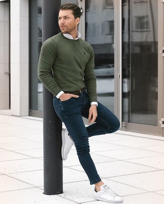 How to wear: white leather low top sneakers, navy skinny jeans, white dress shirt, olive crew-neck sweater
