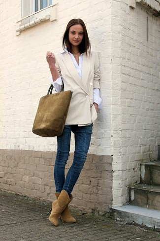 How to wear: tan suede ankle boots, navy skinny jeans, white dress shirt, beige double breasted blazer