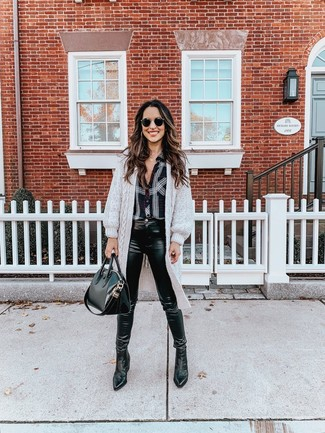 How to Wear Black Leather Chelsea Boots For Women: For something on the relaxed side, test drive this combo of a grey long cardigan and black leather skinny jeans. Now all you need is a nice pair of black leather chelsea boots.