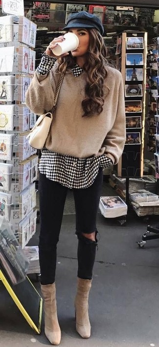 How to wear: beige suede ankle boots, black ripped skinny jeans, white and black gingham dress shirt, tan oversized sweater