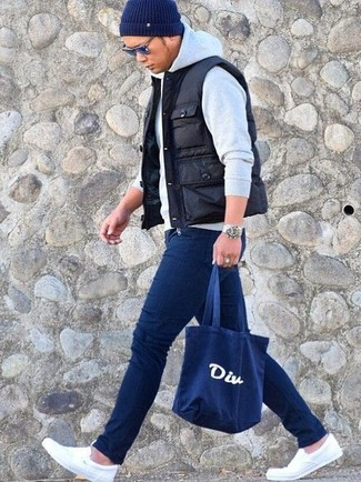 How to wear: white canvas slip-on sneakers, navy skinny jeans, grey hoodie, black quilted gilet