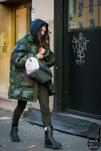 How to wear: black leather lace-up flat boots, olive print skinny jeans, black hoodie, dark green camouflage parka