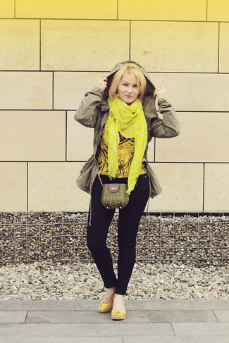 How to wear: yellow leather wedge sandals, navy skinny jeans, yellow long sleeve blouse, olive anorak