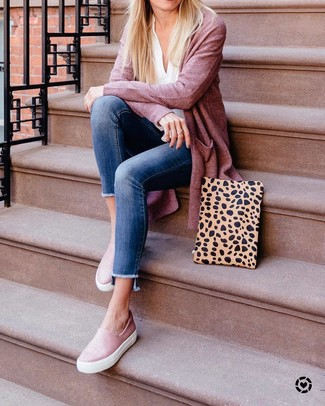 How to wear: pink leather slip-on sneakers, blue skinny jeans, white long sleeve blouse, pink open cardigan
