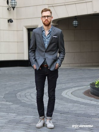How To Wear Grey Suede Derby Shoes With Black Jeans: A charcoal blazer and black jeans are the kind of a never-failing casual combo that you so terribly need when you have no extra time. Avoid looking too casual by rounding off with grey suede derby shoes.