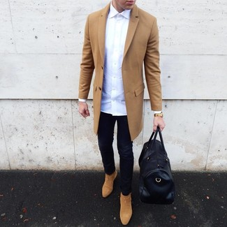 How to Wear Tan Suede Chelsea Boots For Men: A camel overcoat and black skinny jeans are an essential combo for many trendsetting gentlemen. Clueless about how to finish this outfit? Rock a pair of tan suede chelsea boots to ramp up the wow factor.