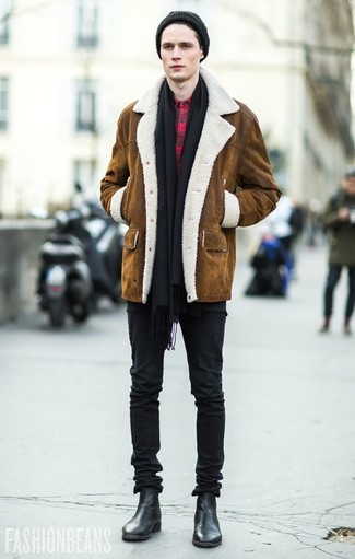 How to Wear Black Skinny Jeans For Men: Go for a pared down but at the same time cool and casual option teaming a brown shearling coat and black skinny jeans. Get a bit experimental on the shoe front and complement your look with a pair of black leather chelsea boots.