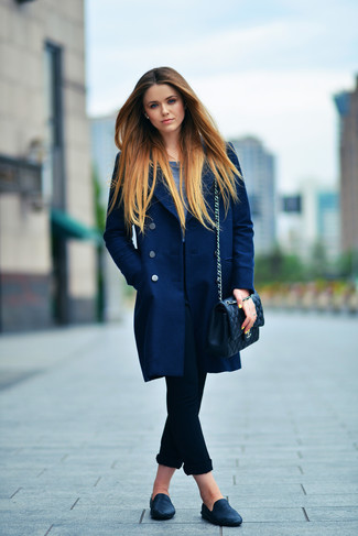 How to wear: black leather loafers, black skinny jeans, navy long sleeve t-shirt, navy coat