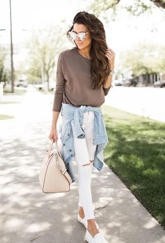 How to wear: white slip-on sneakers, white ripped skinny jeans, brown long sleeve t-shirt, light blue denim shirt