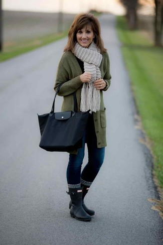 How to wear: black rain boots, navy skinny jeans, black long sleeve t-shirt, olive long cardigan