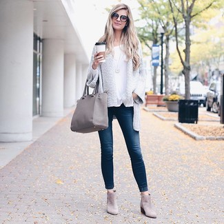 How to wear: grey suede ankle boots, navy skinny jeans, white long sleeve t-shirt, white knit open cardigan