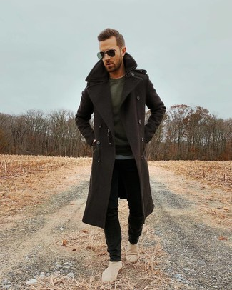 How to Wear a Dark Brown Overcoat: This combination of a dark brown overcoat and black skinny jeans is proof that a safe off-duty ensemble can still look really interesting. On the fence about how to complete your outfit? Finish off with a pair of beige suede chelsea boots to amp up the fashion factor.