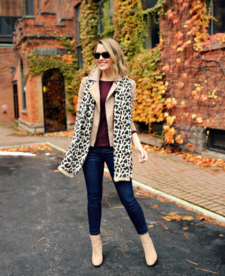 How to wear: beige suede ankle boots, navy skinny jeans, burgundy long sleeve t-shirt, beige pea coat