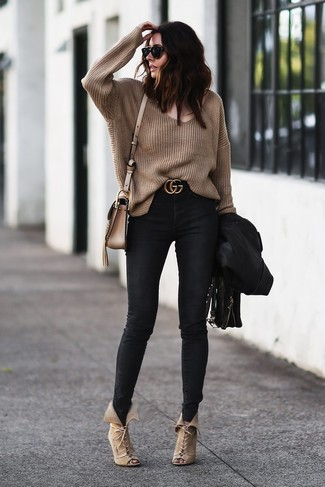 How to wear: beige suede lace-up ankle boots, black skinny jeans, brown oversized sweater, black leather biker jacket