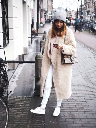 How to wear: white leather low top sneakers, white skinny jeans, pink oversized sweater, beige fleece coat