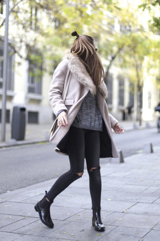 How to wear: black leather chelsea boots, black ripped skinny jeans, grey oversized sweater, pink fur collar coat