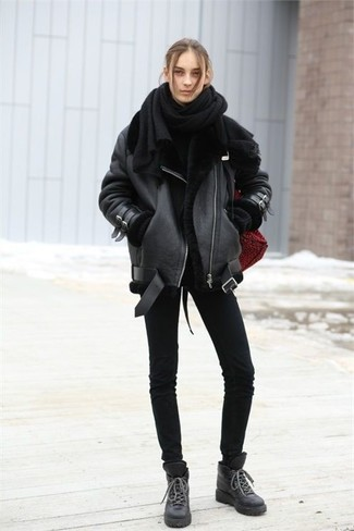 How to wear: black leather lace-up flat boots, black skinny jeans, black oversized sweater, black shearling jacket