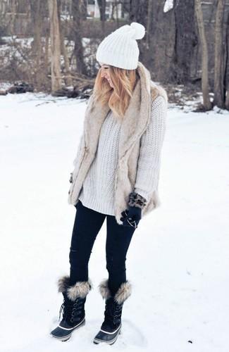 How to wear: black snow boots, black skinny jeans, white knit oversized sweater, beige fur vest