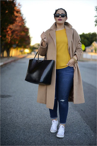 How to wear: white canvas low top sneakers, navy ripped skinny jeans, yellow short sleeve blouse, camel coat