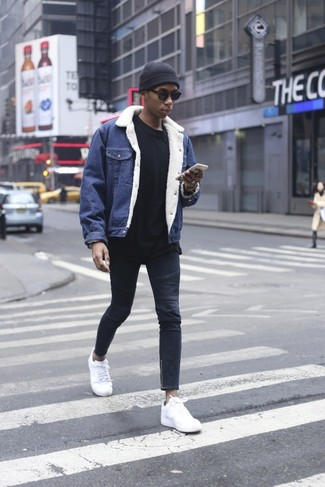How to wear: white leather low top sneakers, navy skinny jeans, black sweatshirt, blue denim jacket