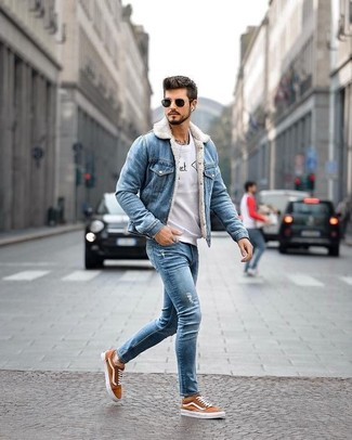 How to wear: tobacco canvas low top sneakers, blue ripped skinny jeans, grey print sweatshirt, blue denim jacket