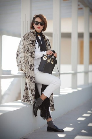 How to wear: black leather loafers, white skinny jeans, white and black print sweatshirt, beige fur coat