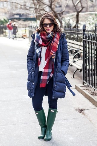 How to wear: dark green rain boots, navy skinny jeans, white sweatshirt, navy puffer coat