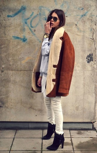 How to wear: black suede ankle boots, white skinny jeans, grey sweatshirt, tobacco shearling jacket