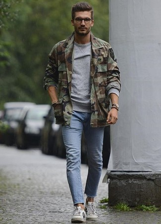 How to wear: white leather low top sneakers, light blue skinny jeans, grey sweatshirt, olive camouflage shirt jacket