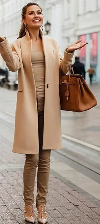 How to wear: beige studded leather pumps, brown skinny jeans, beige tank, camel coat