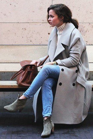 How to wear: grey suede ankle boots, blue skinny jeans, beige turtleneck, grey coat