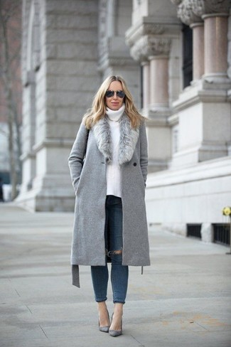 How to wear: grey suede pumps, navy ripped skinny jeans, white knit turtleneck, grey fur collar coat
