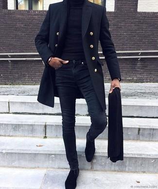 How to wear: black suede chelsea boots, navy skinny jeans, black turtleneck, navy overcoat