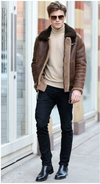 How to wear: black leather chelsea boots, black skinny jeans, beige turtleneck, brown shearling jacket