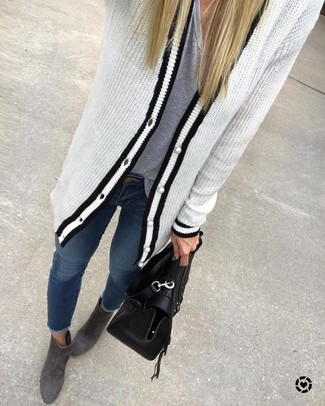 How to wear: charcoal suede ankle boots, navy skinny jeans, grey v-neck t-shirt, white and black knit cardigan