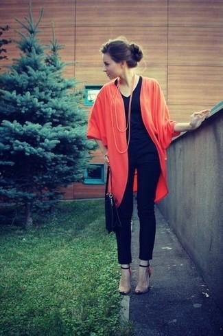 How to wear: beige leather heeled sandals, black skinny jeans, black v-neck t-shirt, red kimono